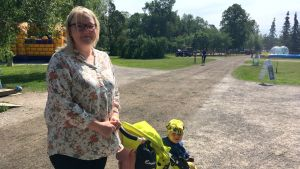 mira väyrynen har sonen manu i en gulsvart barnvagn. De besöker kuppisparken i soligt sommarväder.