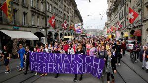 Kvinnomarsch i Schweiz huvudstad Bern