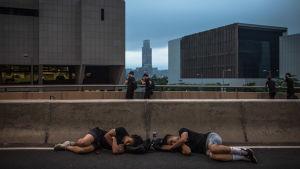 Sovande demonstranter i Hongkong på måndag morgon 17.6.