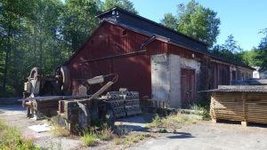 En gammal smedja i trä och tegel blir museum lokstall för Lill-Bässan.