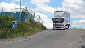 Lastbil kör på en väg.