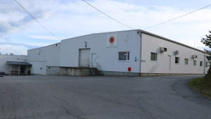 En vit fabriksbyggnad.
