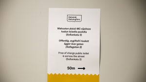 Maksuton yleisö wc:n opastekyltti Helsingin kaupungintalolla