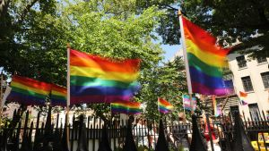 Regnbågsflaggor vajar i New York.