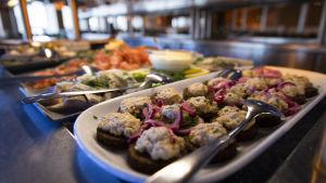 ruokaa Eckerö Linen buffetissa
