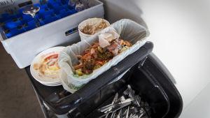 biojätettä ja likaisia ruokailuvälineitä Eckerö Linen buffetissa