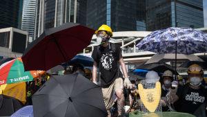 Demonstranterna har byggt barrikader på flera gator i centrala Hongkong
