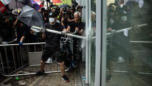 Ingången till en regeringsbyggnad i Hongkong