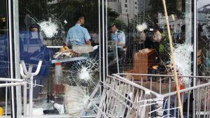 Polisen granskar förödelsen efter demonstrationerna och intrånget i parlamentsbyggnaden i Hongkong