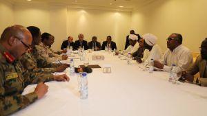 De senaste förhandlingarna mellan militären och oppositionen började på onsdagen. Generalernas representanter till vänster, oppositionen till höger och medlarna i ändan av bordet.