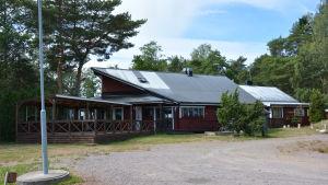 Den röda fastigheten där det tidigare fanns restaurang och butik.