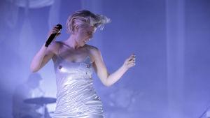 Bild på Robyn som uppträder i Köln 2019.