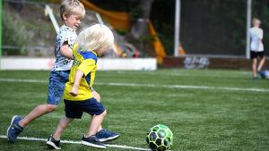 Johanna Bäcklunds barn Alfons och Vilhelm leker.