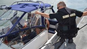 En sjöbevakare har stannat en fritidsbåt för en granskning av båtens utrustning och förarens skick.