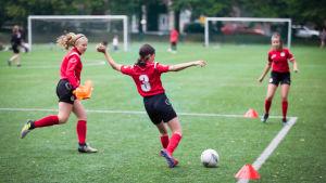 Ponnistuksen tyttöjengi treenaa.