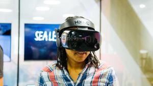 Virtuaalielämystä laseilla katsomassa.