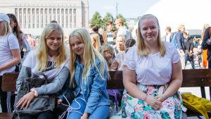 Kuvassa Uuden päivän faneja, eturivissä Elsie Kivikoski (oik), Vilma Vääri ja Laura Kouva.