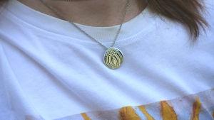 Närbild på Prometheus-lägrens silvriga smycke.