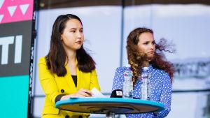Nuorten Ääni -toimituksen Zahra Karimyn ja Vita Davydova Pointti-lavalla.