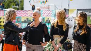 Televisiosta tutut au pairit Annika, Anna ja Talvikki kertoivat au pair -seikkailuistaan yleisölle, jonka kännykkäkamerat kuvasivat tiuhaa tahtia.
