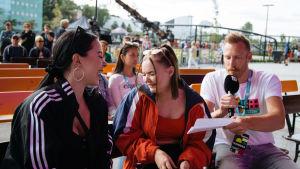 Toimittaja haastattelee yleisöä Gogi-showssa.