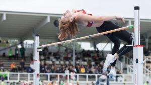 Ella Junnila hoppar i Kalevaspelen.