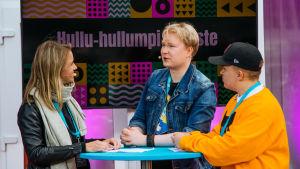 Sonja Kailassaari ja Daniel Hämäläinen haastattelevat Hullu hullumpi yläaste -sarjan tekijä Tuomas Toivaista.