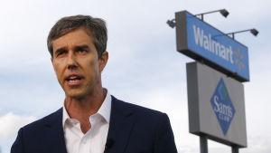 Texasdemokraten Beto O´Rourke talar framför Walmart-affären där 20 personer dödades i en masskjutning dagen innan.