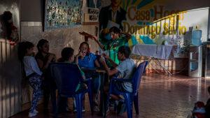 Ungdomar i ett område i Caracas där övergivna barn brukar hålla till.