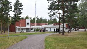 kurscentret i Högsand består av en rödvit byggnad i trä. Runt den växer tallskog.