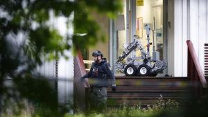 En polis med en robot vid  al-Noor Islamic Center  i Bærum, Norge