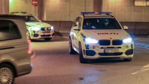 Den 21-åringen eskoteras i polisbil från häktningsförhandlingarna.