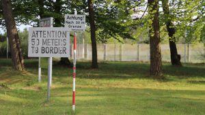 Gränsen mellan Öst- och Västtyskland hade många krökar och innan DDR byggde ut gränsanläggningarna fanns det en uppenbar fara för  att hamna på fel sida.