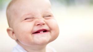 Vauva hymyilee.