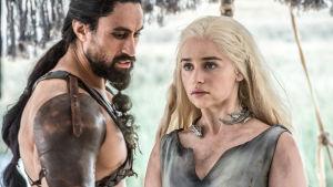 Khal Moro (Joe Naufahu) ja Daenerys Targaryen (Emilia Clarke)