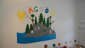 Sagoön-text på väggen