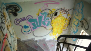 En trappuppgång med graffiti på väggarna.
