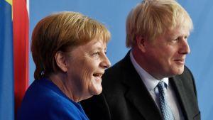 Storbritanniens premiärminister Boris Johnson med Tysklands förbundskansler Angela Merkel under Johnsons besök i Berlin den 21 augusti 2019.