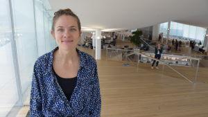 Skådespelaren Anna Paavilainen på biblioteket Ode i Helsingfors.