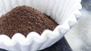 Kaffe i en kaffefilter på ett mörkt bord.