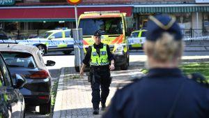 Polispatrull nära platsen där skottlossningen ägde rum i Ribersborg i Malmö.