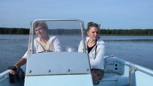 Två kvinnor i en båt.