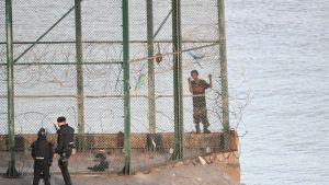 Migranter försöker ta sig från Marocko över till Ceuta