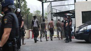Migranter greps av spansk polis i Ceuta då de hade klättrat över gränsstaketet från Marocko.