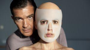 Antonio BAnderas med Elena Anaya vars ansikte är täckt av en mask i filmen Huden jag bor i.