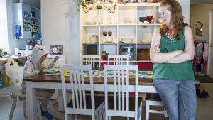 Kati Hannikainen katsoo kun hänen lapsensa Saima syö ruokaa