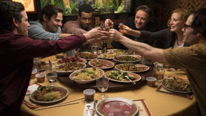 """Gänget """"the losers"""" skålar med varandra runt middagsbordet."""