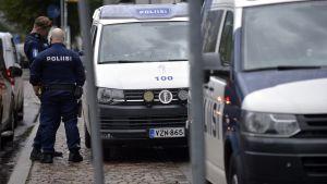 Poliser vid Gräsvikens metrostation efter rån på Busholmen 8.9.2019