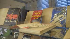 En glasmonter där det finns gamla böcker. Så kallade förbjudna böcker. En heter till exempel Tyskland och världsfreden.