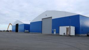 Två lagerhallar i en hamn i Kristinestad.